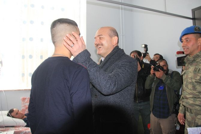 Bakan Soylu, Hakkari'de yaralı askerleri ziyaret etti galerisi resim 1