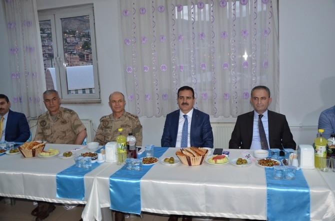 Vali Akbıyık sağlık çalışanları ile iftar açtı galerisi resim 1