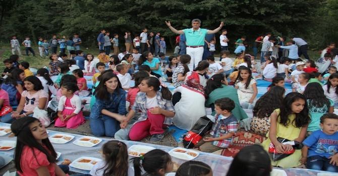 Ünlü türkücü Aydın çocuklara iftar yemeği verdi galerisi resim 23