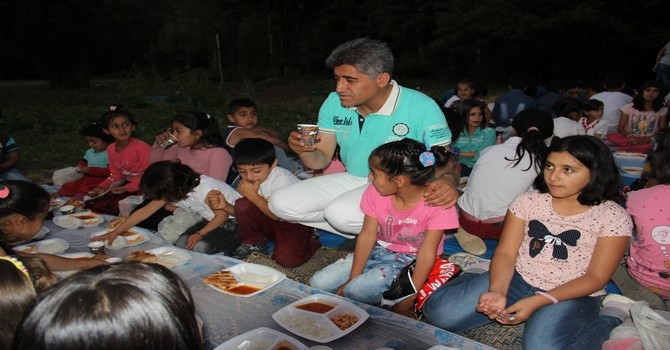Ünlü türkücü Aydın çocuklara iftar yemeği verdi galerisi resim 25