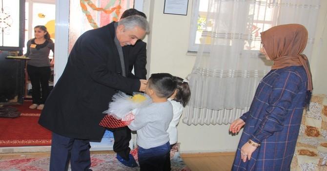 Vali Toprak 150 çocuğa oyuncak dağıttı galerisi resim 1