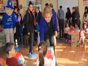 Vali Toprak 150 çocuğa oyuncak dağıttı