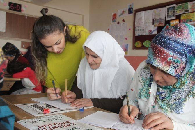 Hakkarili kadınlar okuma-yazma öğreniyor! galerisi resim 1