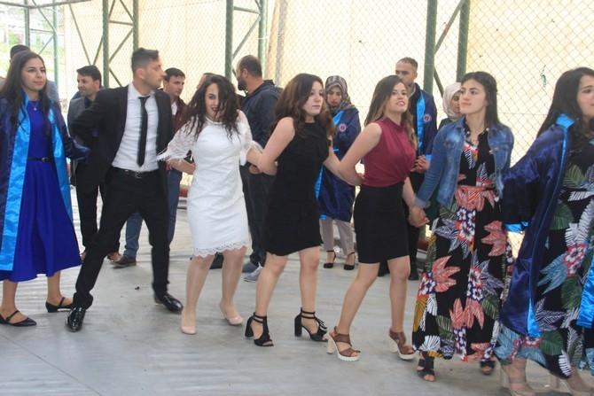 Üniversitede halaylı mezuniyet töreni galerisi resim 1