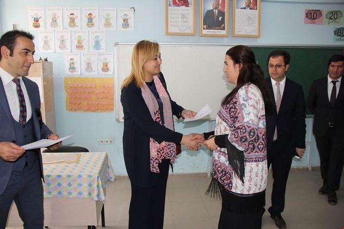 Vali Toprak okulları ziyaret etti karne dağıttı galerisi resim 1