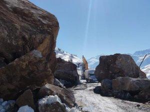 Şemdinli karayoluna dev kayalar düştü