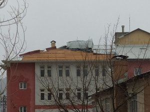 Hakkari'de kuvvetli rüzgar çatıları uçurdu