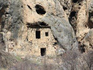 Bin 226 yıllık kayaya yapışık dubleks evler