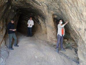 Defineciler tarihi mağarayı tahrip etti