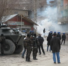 HAKKARİ'DE ÇIKAN OLAYLARDA 3 POLİS YARALANDI