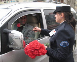 BAYAN POLİSLER KARANFİL DAĞITTI