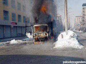 Yüksekova karıştı 1 araç ateşe verildi