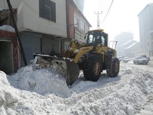 Yüksekova'da kar yığınları ilçe dışına çıkartılıyor!