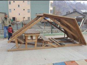 Parklardaki kent mobilyalarına zarar verildi!