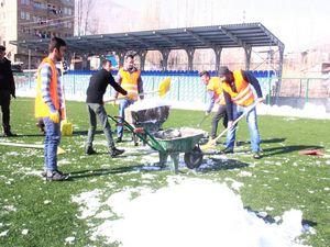 Merzan futbol sahası maç öncesi kardan temizlendi