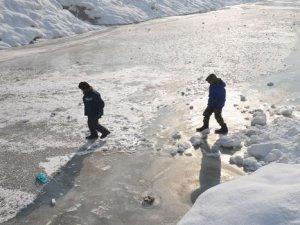 Yüksekova'da dereler buz pistine dönüştü!