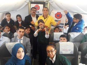 Erciş'li çocuklar uçakta keman eşliğinde meledi