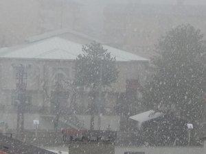 Hakkari'de karla karışık yağmur etkisini sürdürüyor!