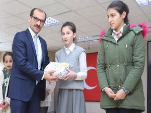 Çukurca'da dereceye giren öğrenciller ödüllendirildi