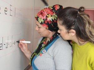 Hakkari'de binlerce kadın okuma-yazma öğreniyor