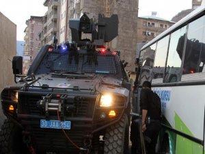 Askeri araç ile sivil araç çarpıştı: 2 yaralı