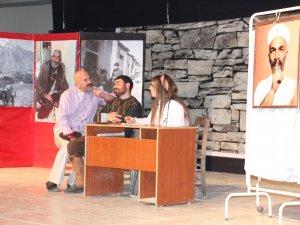 Hakkari'de 'Asfalt 30' oyunu sahnelendi