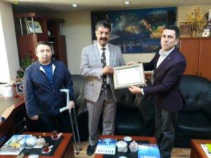 Sümbül engellilerden Müdür Özdemir'e teşekkür