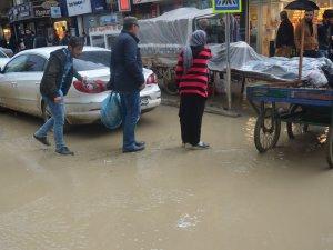 Yüksekova'da sağanak yağış etkili oldu!