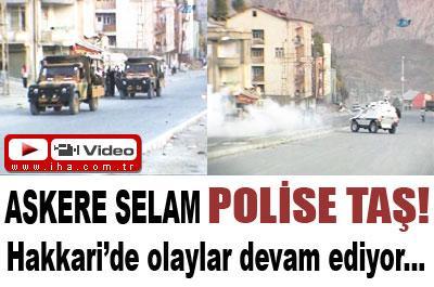 ASKERE SELAM POLİSE TAŞ