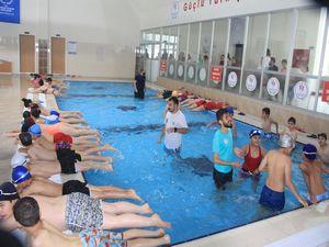 Hakkari'de ilk yarı olimpik yüzme havuzu açıldı