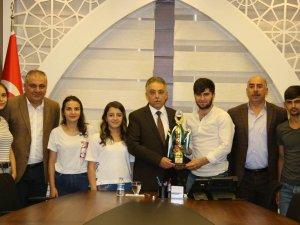Türkiye şampiyonları Vali Toprak'ı ziyaret etti
