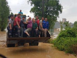 Sel suları köprüyü yıktı, mahsur kalanlar var