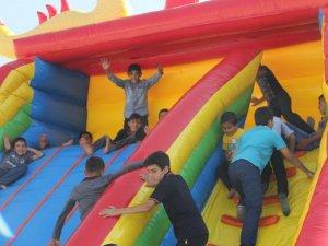 Hakkarili çocuklar şişme oyun parkında coştu