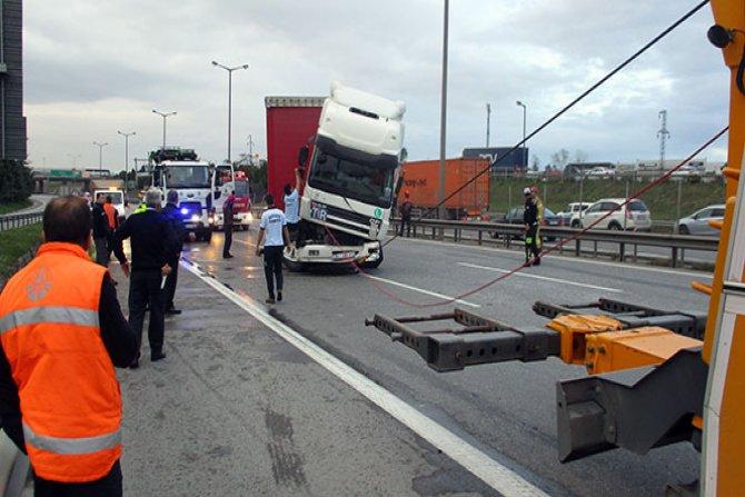 Tır ile yolcu otobüsü çarpıştı: 1 ağır 15 yaralı