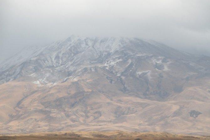 Süphan Dağı'na yılın ilk karı yağdı