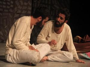 """Hakkari'de """"Ada"""" tiyatro oyunu sahnelendi"""