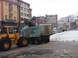 Hakkari belediyesi karları şehir dışına taşıdı