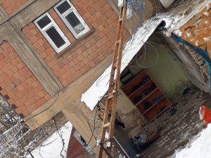Hakkari'de elektrik direği devrildi