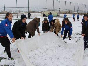 Kadın futbolcular kar temizle mücadelesi