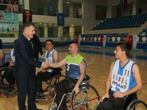 Vali Akbıyık, engelliler basketbol maçını izledi