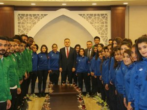 Yüksekovalı sporculardan Vali Akbıyık'a ziyaret
