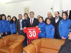 Kadın futbolculardan Özcan'a ziyaret