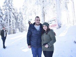 Uzman Çavuş'tan kar altında evlilik teklifi