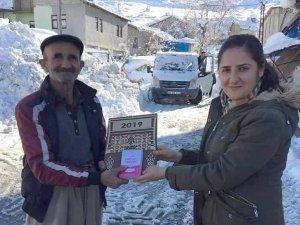 Çukurca'da ahşap kaplamalı takvim dağıtıldı
