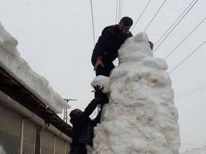 Çukurca esnafından 5 metrelik kardan adam