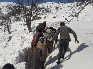 Karla kaplı yolda hasta böyle kurtarıldı
