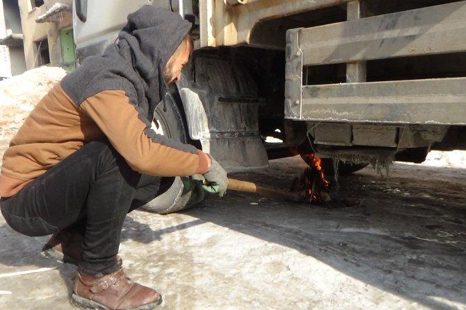Hakkari'de etkil olan soğuklar araçları dondurdu