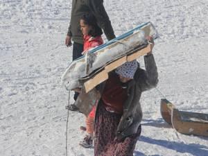 Ev kadınları işlerini bırakıp şalvarla kayağa koştu