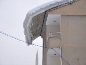 Yüksekova'da sarkan kar kütleleri tehlike saçıyor