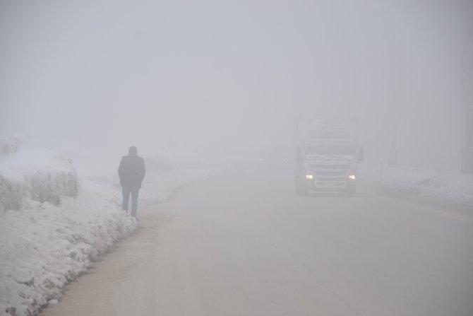 Yüksekova'da yoğun sis göz gözü görmedi